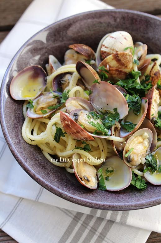 Spaghetti alle Vongole in bianco (Spaghetti with Clams in a white sauce)