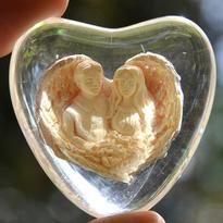 Andělé lásky v kameni