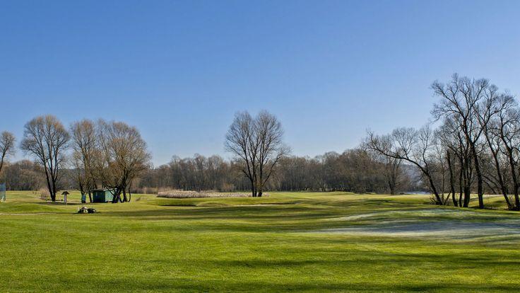 Tri Duby Golf Resort | 18-jamkové golfové ihrisko, PAR 70, 18 jamkové golfové ihrisko, driving range, chipping, putting area, golf shop, reštaurácia, bar Zľava:fee: ; 10%; 20% VIP; 20% young; golf shop:; 10%
