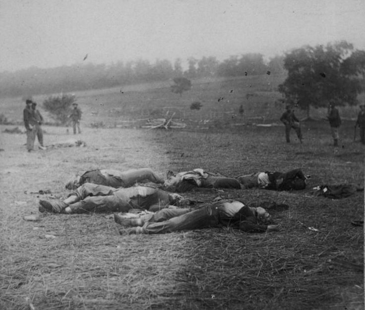 """""""Harvest of Death"""" mostra soldados da União mortos no campo de batalha de Gettysburg durante a Guerra Civil norte-americana. Timothy O'Sullivan"""