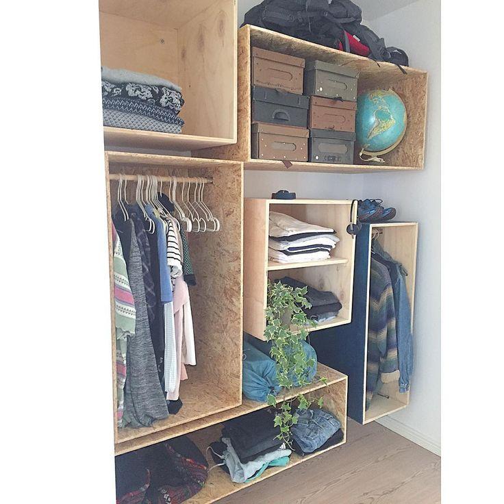 Et lille kig ind i vores walk-in closet! Vi har selv bygget alle kasserne.. I morgen eller fredag kommer en video på FB, hvor vi viser hvordan! Vores genbrugsfund er shoppet hos vores elskede @teaktak #detblåhus #lmnybyggerne #nybyggerne #walkincloset #bolig #krydsfiner #osb #diy #gørdetselv#detblåhus#retrohjem #retrohem #interiorwarrior#blåthus#silvandiy