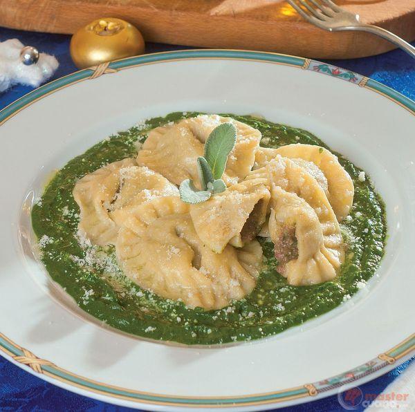 Ravioli di cotechino e lenticchie su crema di spinaci