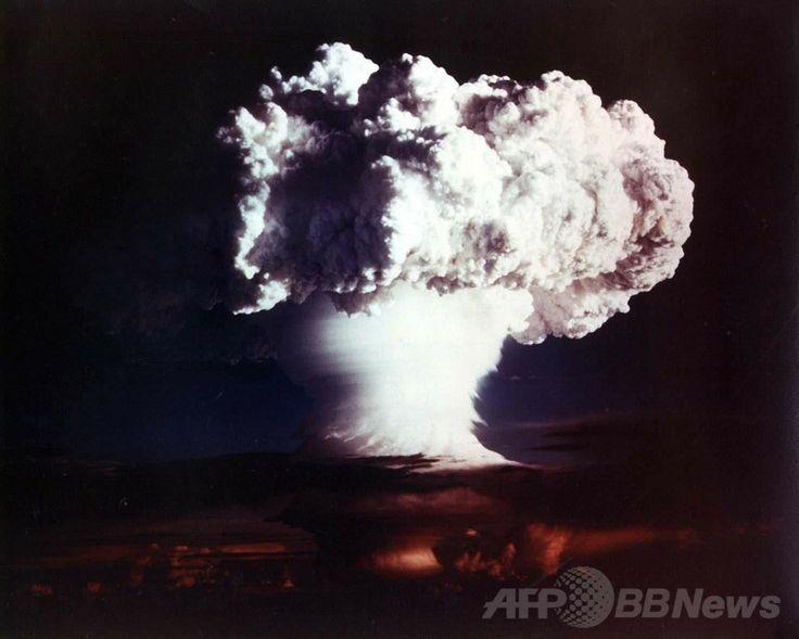 米エネルギー省(US Department of Energy)が公開した、マーシャル諸島のエニウェトク環礁(Enewetak Atoll)にあるエルゲラブ島(Elugelab Island)で米国が実施した水爆実験で発生したキノコ雲(1952年11月1日撮影、2002年10月28日公開、資料写真)。(c)AFP/US DEPARTMENT OF ENERGY ▼27Apr2014AFP マーシャル諸島、核軍縮求め米国など9か国をICJに提訴 http://www.afpbb.com/articles/-/3013700 #ElugelabIsland #mushroomcloud