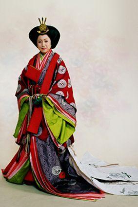 A woman wearing junihitoe