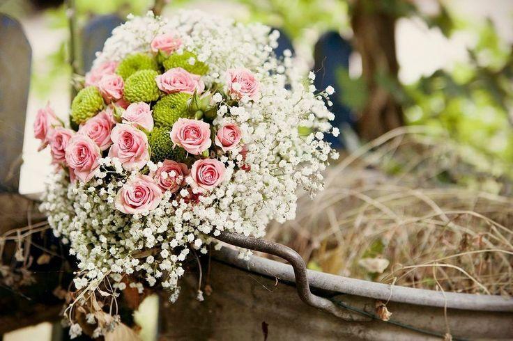 Lovely vintage bouquet! Süsser Brautstrauß light pink, roses, baby breath, schleierkraut, Rosen, rosa  FÜR IMMER DEINS EVENTS  Fotografie: Paul Baranowski