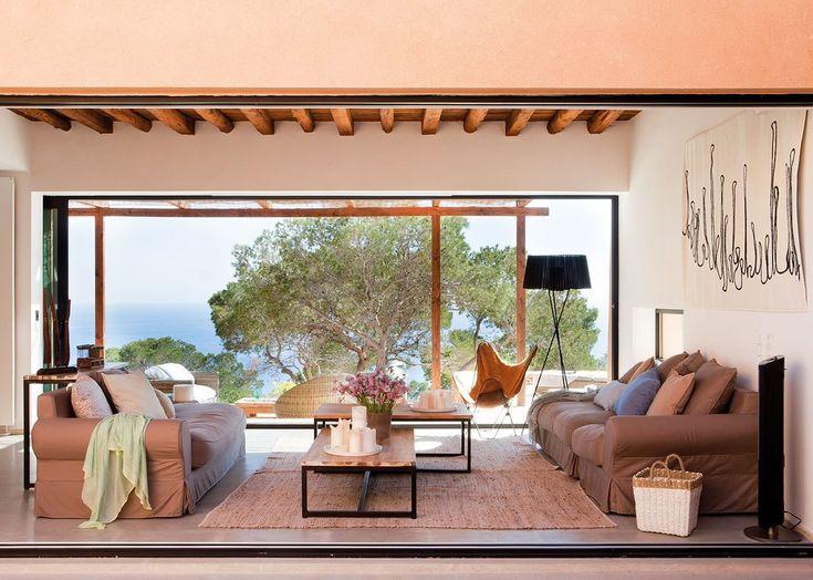 Гостиная в обе стороны открывается на террасы. Тем не менее зимой окна можно закрыть, что делает гостиную вполне комфортной в прохладное время года.  (средиземноморский,архитектура,дизайн,экстерьер,интерьер,дизайн интерьера,мебель,гостиная,дизайн гостиной,интерьер гостиной,мебель для гостиной) .