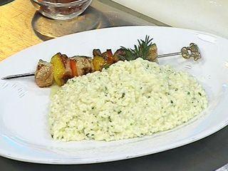 Risotto al limone e erbe fini  (Risotto al limón y finas hierbas) y Spiedini de maiale de fegatini de pollo (Brochettes de cerdo con hígados de pollo)