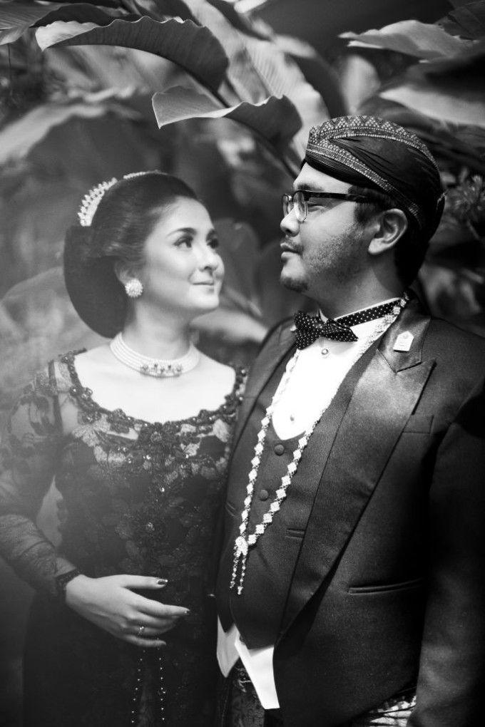 An Engagement Album Inspired By Javanese Culture | http://www.bridestory.com/blog/an-engagement-album-inspired-by-javanese-culture