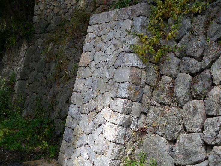 de piedra en seco para muro de mampostera antiguo