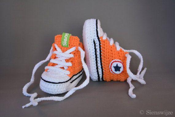★★★ Oranje baby Converse sneakers ★★★  Op zoek naar een origineel en leuk kraamcadeau of vrolijke en hippe slofjes voor je eigen kindje?  Deze