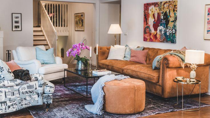 Brun Buffeln skinn soffa chesterfield, nitar, Baggen fotpall, puff, soffbord, bord, Jaguren marmorbord, marmor, svart, vardagsrum, inredning, möbler, antik, rund, rymlig, livstycket, fåtölj, howard, vit.