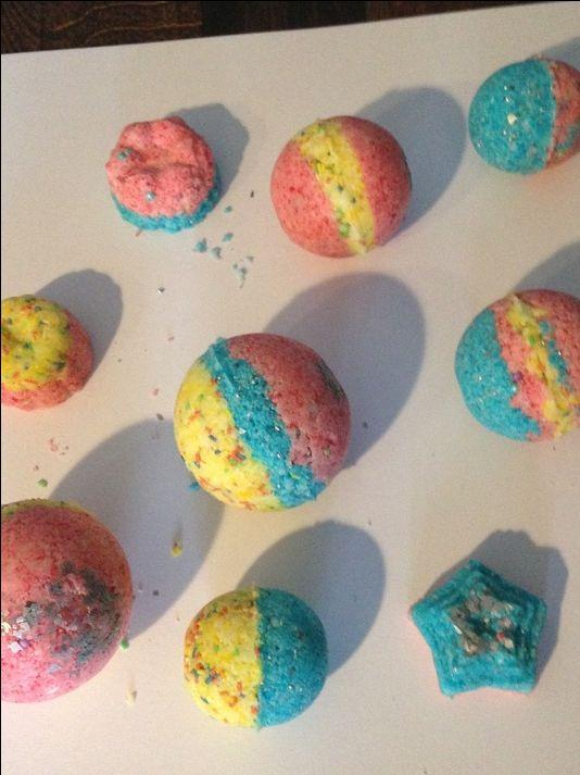 Jetzt wird es bunt! Wir zeigen Dir, wie Du Badekugeln in Regenbogen-Farben selber machen kannst.