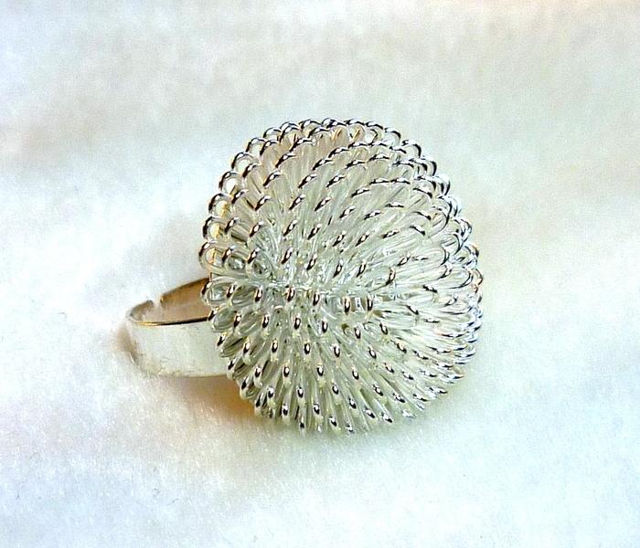 Wunderschöner Ring in Form einer silberfarbenen, (glückbringenden?) Pusteblume.     Die Ringschiene passt immer, weil größenverstellbar.