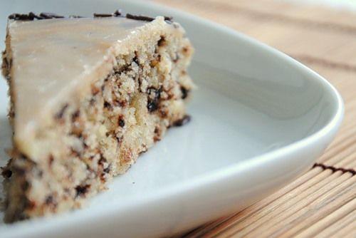 Бърза орехова торта с парченца шоколад и глазура - poleznite.com