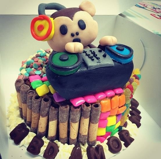 Ponqué Mono DJ de Cupcakes Factory FB: https://www.facebook.com/Cupcakes.Factory.Bogota/photos/pb.104725072922489.-2207520000.1435537657./895331297195192/?type=3&theater