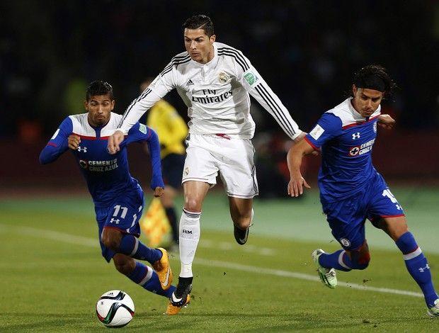 Cristiano Ronaldo do Real Madrid, Rojas e Giménez do Cruz Azul na semifinal do Mundial de Clubes de 2014. Real Madrid enfiou 4 a zero, em 16.12.2014.