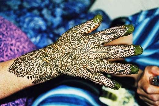 Tatouage au henné au Maroc
