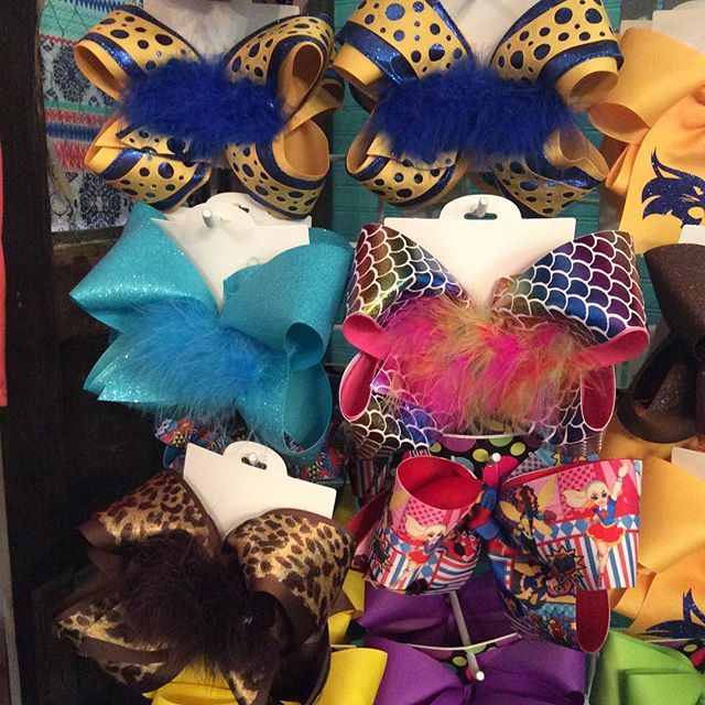 Have you been by to check out Allie Katz unique hair bows?! Bows & headbands starting at only $5.00! 🎀🎀 #alliekatz #bows #unique #colorful #vintagedragonflyboutique