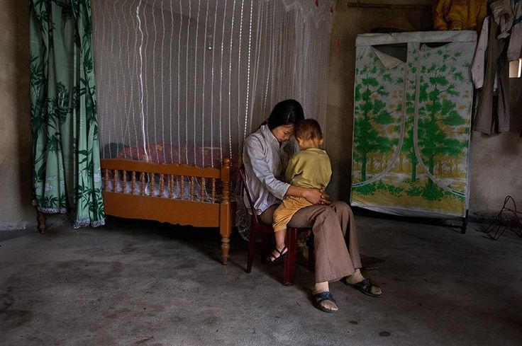 Vietnam, Mother and child, Steve McCurry, as seen on: http://www.viaoptimae.com/2014/05/per-lamore-della-mamma.html