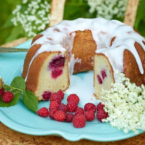 Saftig och smakrik sockerkaka med fläder och hallon.