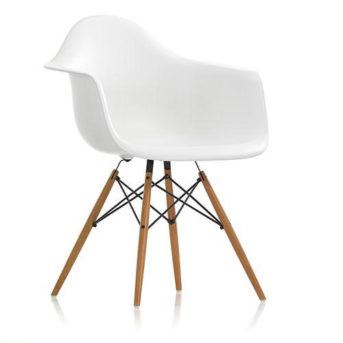 DAW stolen fra Eames er den populære design stol med ahornstel. Stoleskallen fås i 14 forskellige farver med mulighed for sædepolstring. www.moffice.dk
