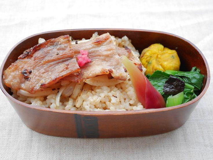 豚生姜焼重(玄米ご飯180g、下炒め新玉、紅生姜)きなかぼ、小松菜磯和、茗荷甘酢