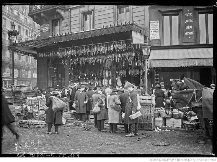 Les Halles, 24/12/21 [vente de dindes de Noël à l'angle de la rue Montorgueil et de la rue Etienne Marcel] : [photographie de presse] / [Agence Rol]