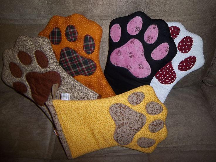 Luva térmica no formato de uma patinha de gato, ideal para cozinhas arrojadas. <br> <br>As cores e estampas dos tecidos podem variar de acordo com a disponibilidade. Consulte a vendedora!