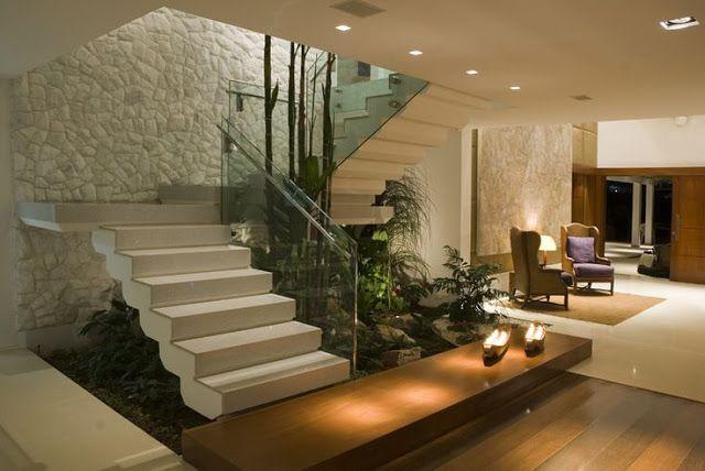 Jardim embaixo da escada - veja modelos com plantas artificiais e naturais!