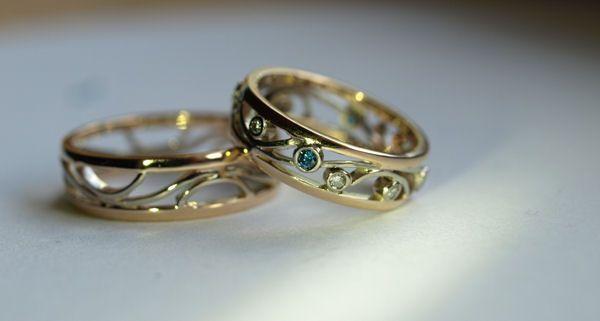 Alati Polullasi -sormukset. 585-keltakulta, 585-valkokulta, siniset timantit yht. 0,126ct, timantit yht. 0,086ct