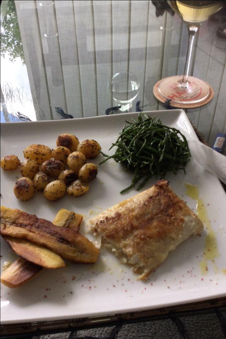 gebakken vis met bakbanaan ,krielpatatjes, zeekraal😋😋