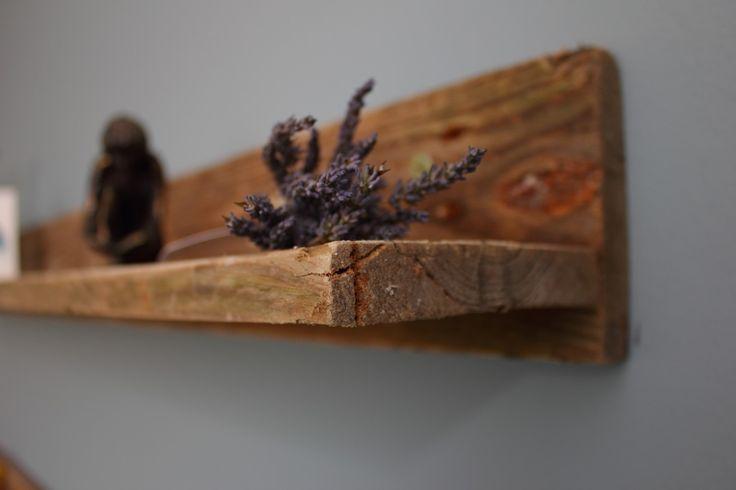 Decoratieve legplank van pallethout.