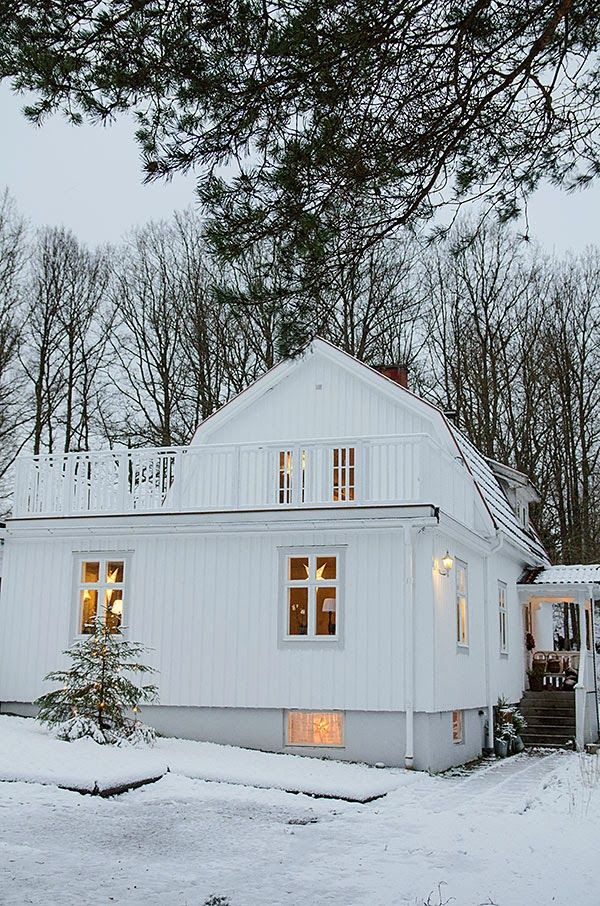 This Swedish home looks so inviting and cozy in the midst of a snowy winter #homes #sweden #design