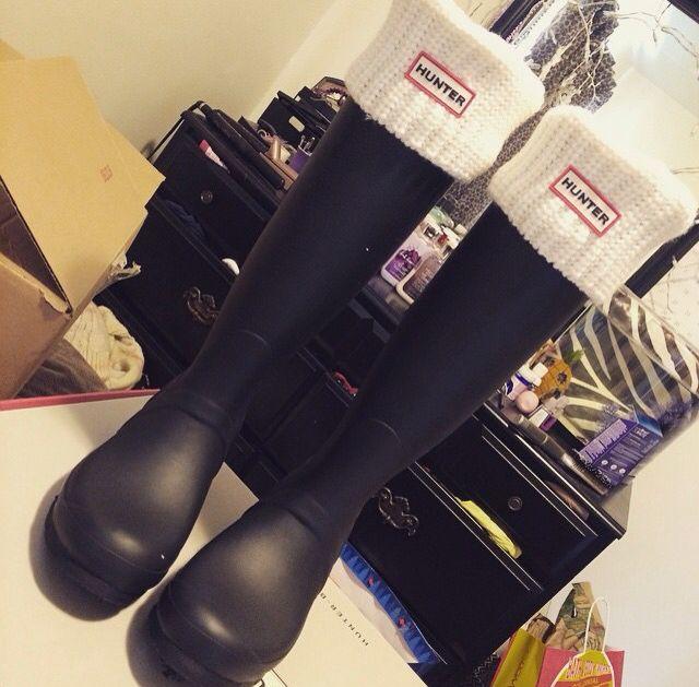 Matte black Hunter rain boots with white half cardigan stitch Hunter wellies socks. Yes please.