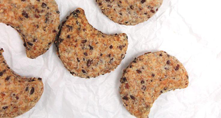 Jednoduché křehoučké sušenky, kde jsme část mouky nahradili lněným semínkem. Mňam.