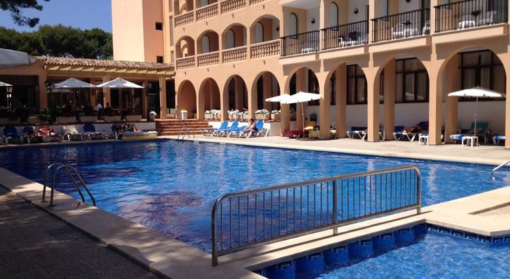 Hotel Diamant Cala Ratjada Set next to Majorca's picturesque Cala Agulla beach and surrounded by lush gardens, this family hotel provides facilities for a relaxing yet active holiday under the sun.  Hotel Diamant has outdoor pools with sundecks, as well as an indoor pool.
