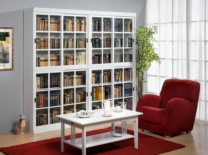 Удачное решение поставить такой милый книжный шкаф, что оптимизирует пространство.