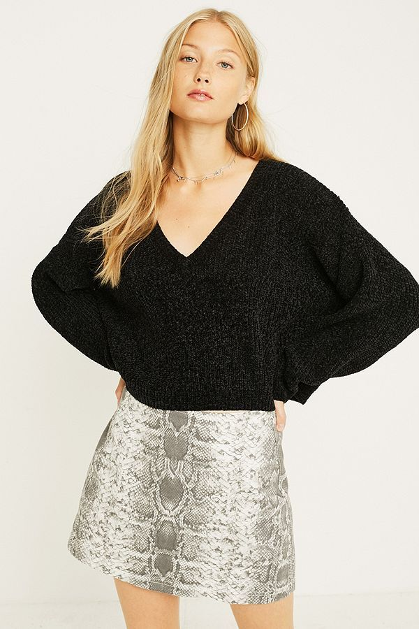 f36015ef917a Slide View  1  UO Slouchy Chenille Cosy V-Neck Jumper