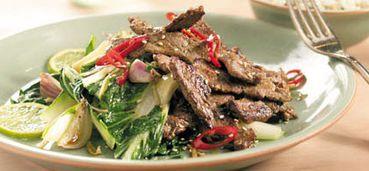 Gewokte biefstukreepjes met paksoi en Thaise dressing