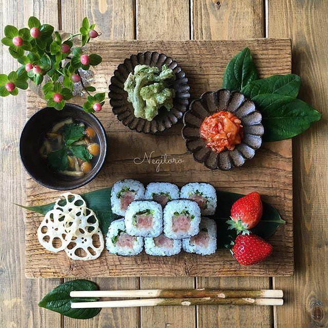 . .............. 2016.04.05 . Today's lunch is Negitoro! . Negitoro : Minced Fatty Tuna & Scallion Minced Fatty Tuna & green onion. . . ❁今日の昼ごはん❁ . ❁#ネギトロ巻き ❁#たらの芽 の#天ぷら ❁#キムチ ❁#なめこ と#三つ葉 の#味噌汁 ❁#蓮根チップス ❁#苺 #とちおとめ . . なんだかんだで、こんな時間にお昼ごはんです。 いただきまーす♡ . . そうそう、IINE❤️を何度押しても消えちゃう現象が起きてて、皆さんにIINE❤️のお返しが出来ずにいます。 Instagramの不具合なのかしら? . 少し様子をみて、❤️ポチっと出来るようになったら皆さんの所にお邪魔しに行きますので待って下さい . . . #富山孝一 #fuuka #小澤基晴 #陶器 #枝箸  #花のある暮らし #和食 #negitoro #네기토로감기 #김치 #japanesefood #food #flower @koichi_tomiyama…