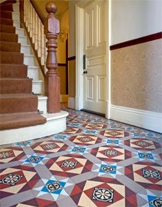 Traditional floor tiles in the hallway of an Edwardian home c.1909 | tegels trap