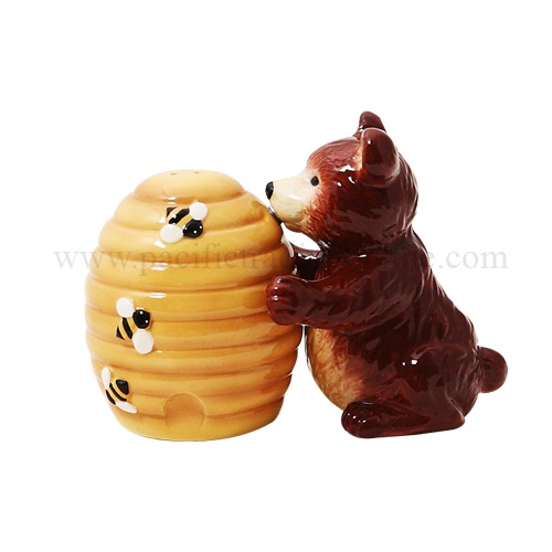 ATTRACTIVES BEAR HUGGING HONEY BEE HIVE MAGNETIC CERAMIC SALT AND PEPPER  SHAKERS