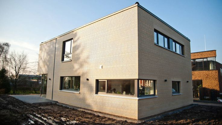 In Roxel baute das Architekturbüro W + P Architekten ein modernes zweigeschossiges Einfamilienhaus mit einer cremeweißen Klinkerfassade.
