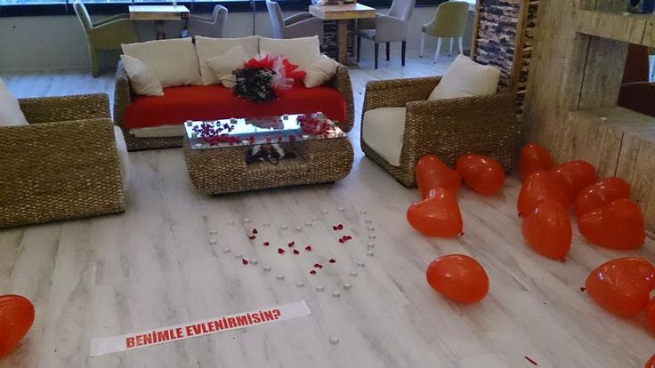Kırmızı Balonlarla ve Mumlarla Süslü Size özel hazırlanan Romantik Masa ile Evlilik Teklif Hazırlıkları Sürüyor...