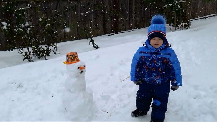 VLOG Лепим снеговика с мамой Зимние развлечения 2016  Забавные дети зимо...