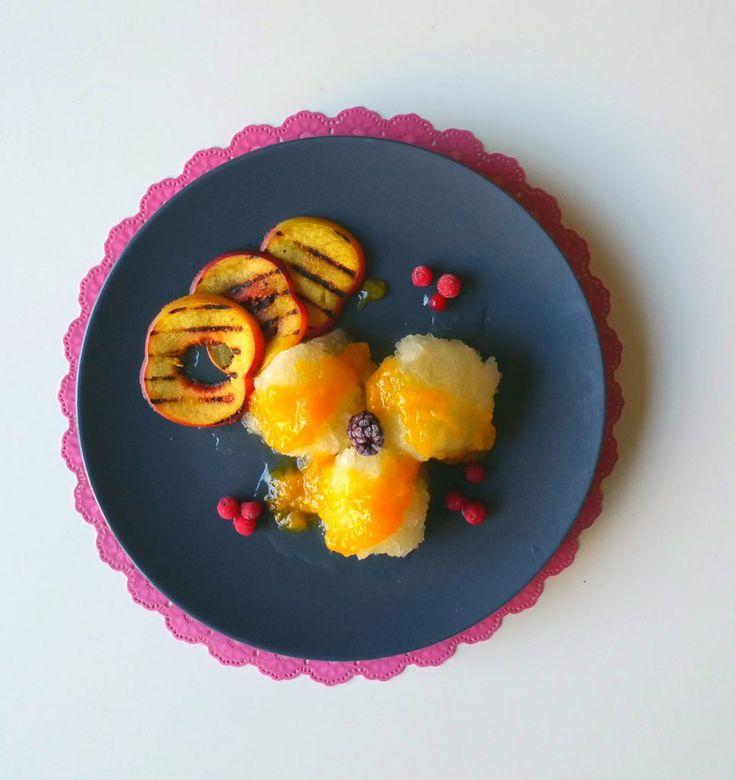 Citroenijs, sorbetijs met gegrilde nectarine en perziksaus