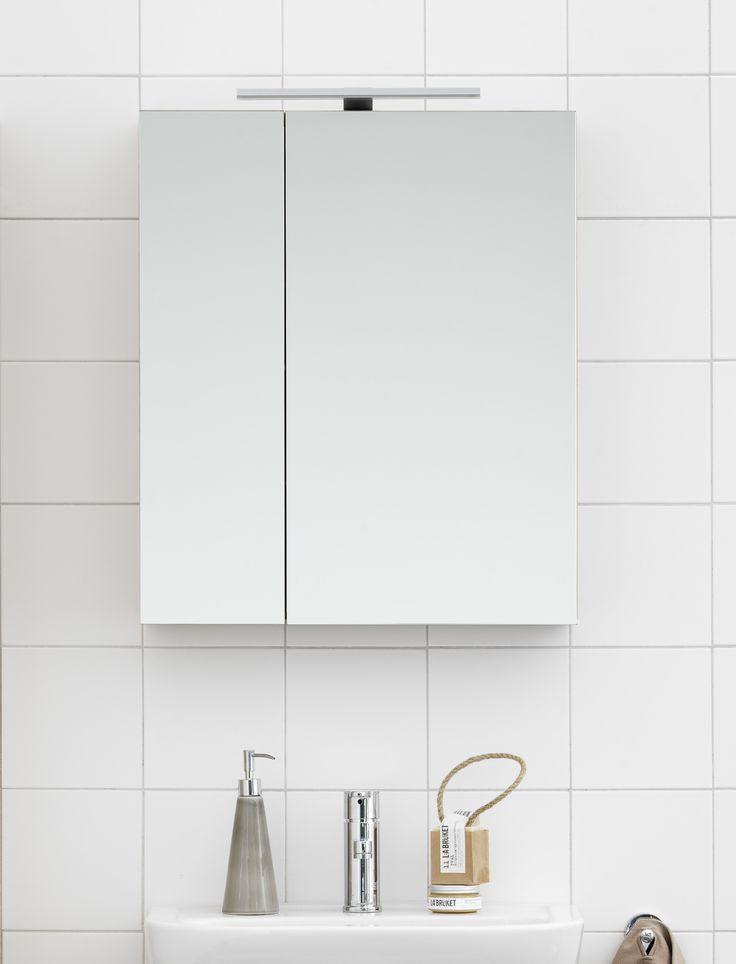 Spegelskåp från Nordic³ med två flyttbara glashyllplan.