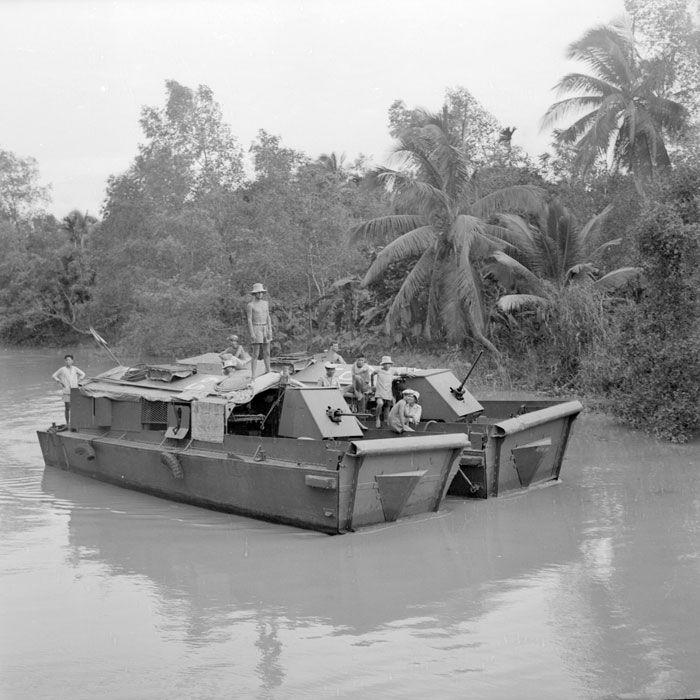 Les LCM (Landing-Craft-Material) lourds et les engins d'assaut de la Dinassau 8 (Division Navale d'Assaut) patrouillent sur le Bassac dans la région de Can Tho. Ces navires lourdement armés assurent les missions d'escorte (convois de jonques pour le ravitaillement, liaison des postes) mais également la surveillance des côtes.
