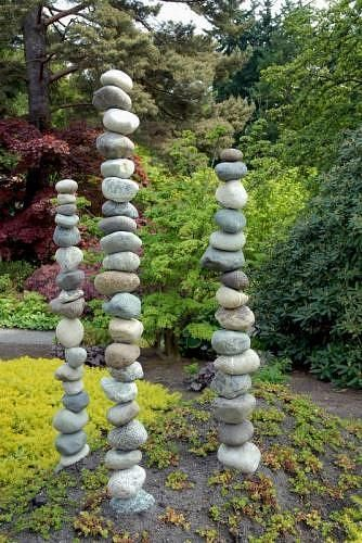 Steine werden durch die Mitte gebohrt und mit Bewehrungsstäben gestapelt die du