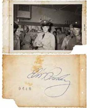 Foto de Elvis Presley en el año 1958, vestido de uniforme junto a otros compañeros del ejército cuando prestó servicio militar. La firma autenticada en su parte trasera la valora en 400 dólares (Bs. 1600) a esta imagen de 8 x 12 centímetros, aun cuando está deteriorada por el tiempo